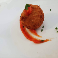 bolas de queso con chutney de tomate