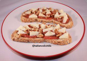 Tosta-de-tomate-con-queso-y-nueves
