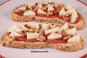 tosta-de-tomate-queso-y-nueces1